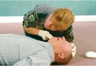 Foto: Pohled-poslech-pocit kontrola dechu (zdroj: BLSCPRTRAINING.COM)