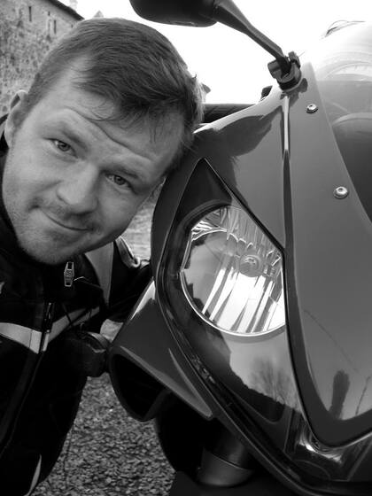 Karel a motorka
